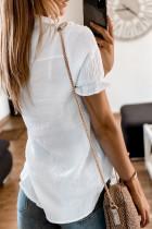 قميص أبيض بأكمام قصيرة مع كشكش