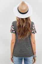 T-shirt a righe con maniche floreali