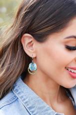 Overlappende tofarvede øreringe