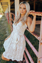 Hvid mini-kjole med blonde i spaghetti og stropper