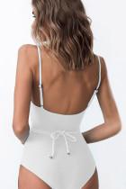 벨트가 달린 흰색 원피스 수영복