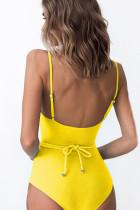 벨트가 달린 노란색 원피스 수영복
