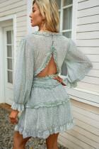Ruffle verde detalhando vestido floral traseiro aberto