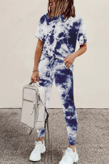เสื้อยืดมัดย้อมสีน้ำเงินและชุดกีฬากางเกงวอร์มขายาว