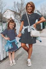 Dívčí pruhované mini šaty s dlouhými rukávy a vhodnými rodinami