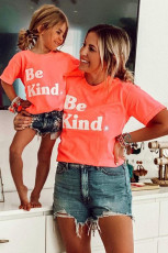 T-shirt gráfica familiar laranja Be Kind Combing Outfit Mom