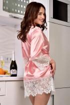 Robe quimono de cetim rosa com enfeites de renda