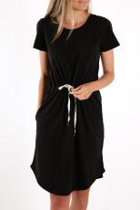 Minivestido preto no bolso e cintura com cordão