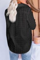 Camisa oca preta de manga comprida com padrão floral de ilhó