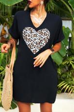 T-shirtowa sukienka w panterkę w kształcie serca