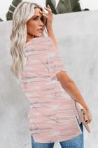 Розовая футболка с камуфляжным принтом и V-образным вырезом спереди