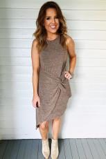فستان قصير محبوك بياقة دائرية بدون أكمام وعقدة جانبية وحافة غير منتظمة