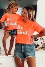 Pomarańczowa koszulka dla mamy z dopasowanym rodzinnym strojem graficznym Be Kind Graphic