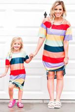 Mor og datter matchende stribet side split voksen T-shirt kjole